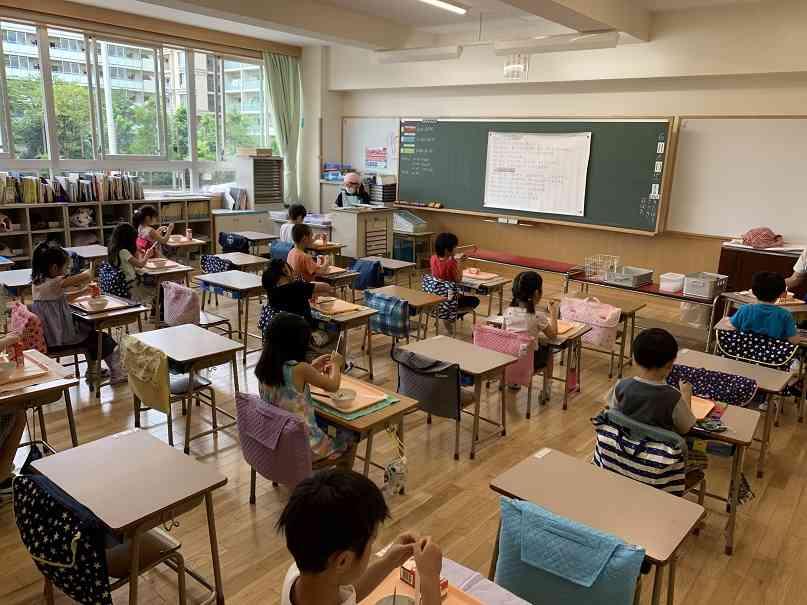 ヒトサラ給食 食事中 IMG_4421[1].jpg